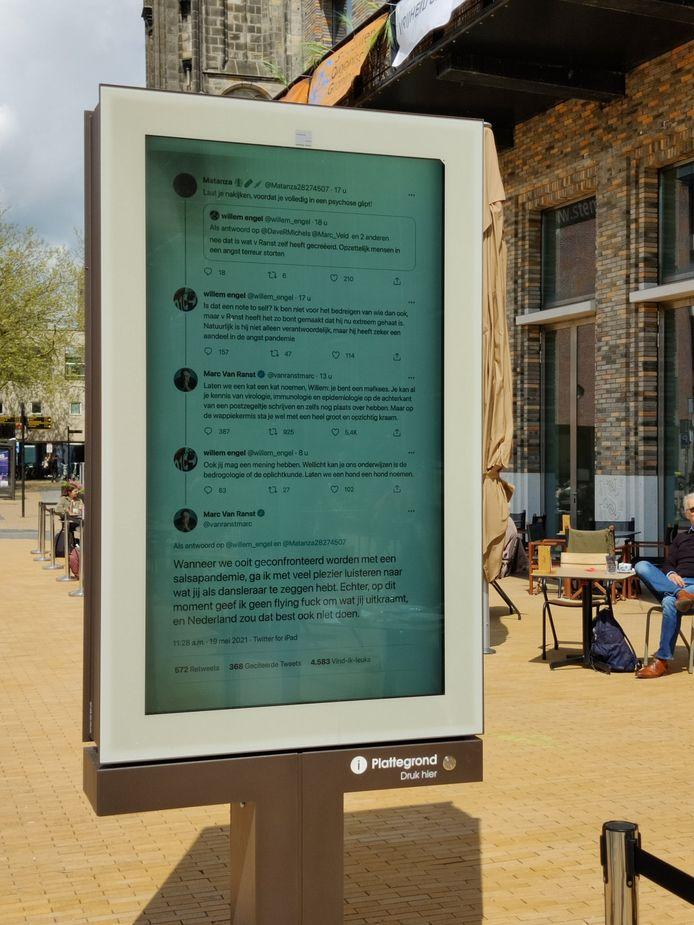 Een twitterconversatie tussen Marc Van Ranst en Willem Engel op een reclamebord in Groningen.