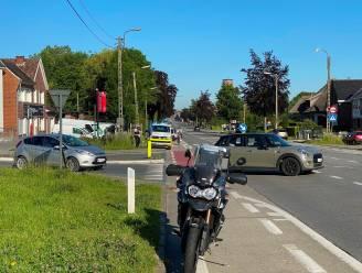 Vrouw met step tijdens oversteken aangereden door moto die file inhaalt