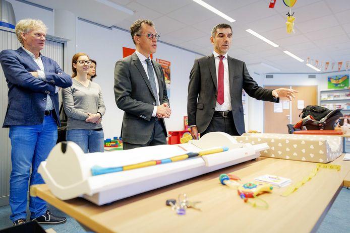 Staatssecretaris van Volksgezondheid, Welzijn en Sport Paul Blokhuis (rechts) praat met medewerkers over de vaccinatie van jonge kinderen tijdens een bezoek aan een consultatiebureau in Barneveld.