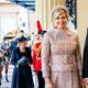 Dit zijn de eerste beelden van het koningspaar op bezoek bij de Queen