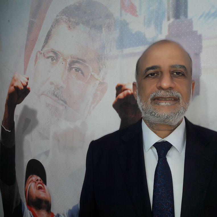 Talaat Fahmy, woordvoerder van de Moslimbroederschap. Op de muur oud-president Mohamed Morsi. Beeld
