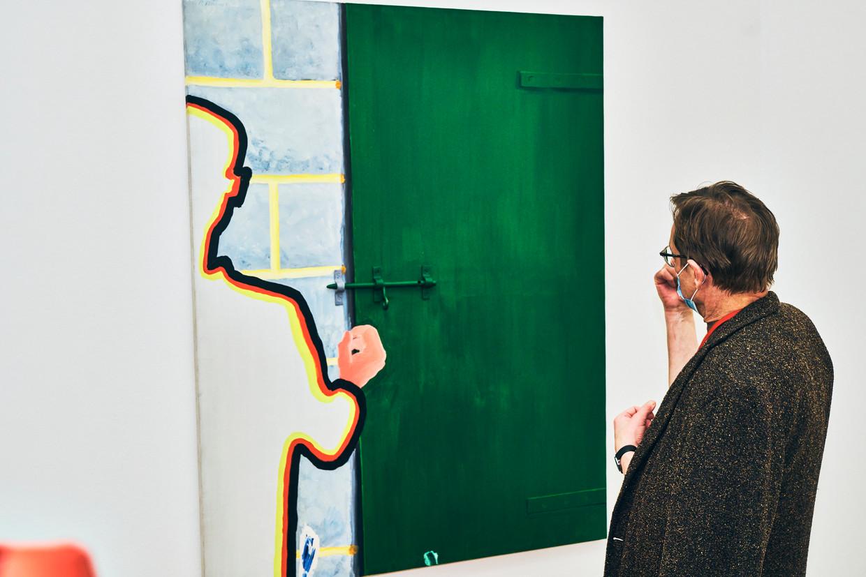 Curator Franz Wilhelm Kaiser overschouwt een van Raveels schilderwerken tijdens de opbouw van de retrospectieve in Bozar.  Beeld Thomas Nolf