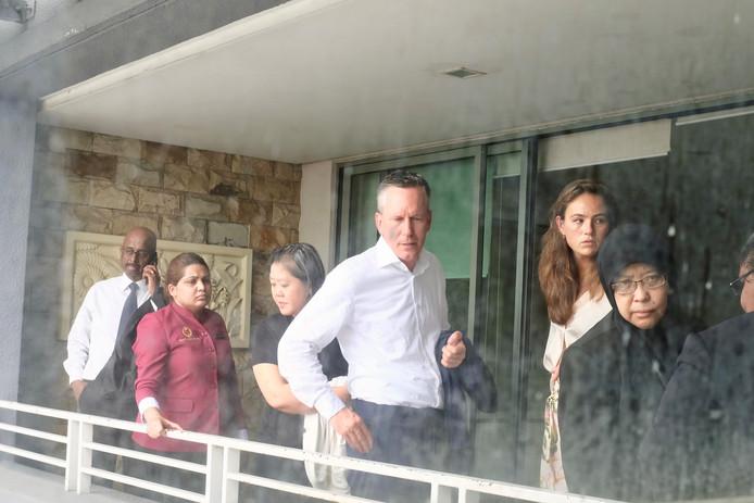 Christoph Prommersberger (midden) van de Nederlandse ambassade in Maleisië bij een schouw van de rechtbank op het balkon van Alex en Luna Johnson in augustus vorig jaar. Rechts (met hoofddoek) de onderzoeksrechter die de dood van het fotomodel in maart nog afdeed als een ongeluk.
