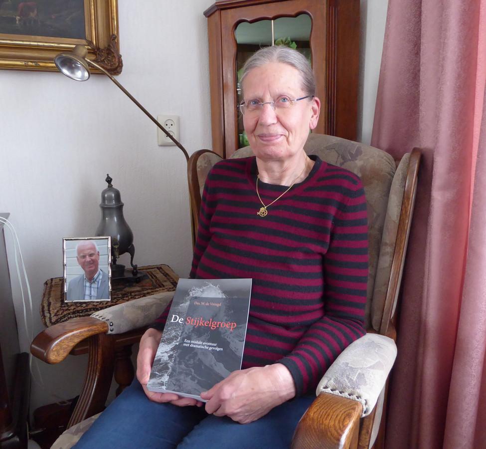 """Annie de Vreugd  Bijna tien jaar deed de in Katwijk geboren historicus Wim de Vreugd onderzoek naar een van de eerste verzetsbewegingen in de Tweede Wereldoorlog. Al in het voorjaar van 1941 wordt deze Haagse Stijkelgroep opgerold en twee jaar later worden 32 groepsleden in Duitsland gefusilleerd. Toen Wims manuscript klaar was, werd hij ernstig ziek. Zus Annie stelde alles in het werk om zijn boek nog voor zijn sterven te publiceren. """"Het heeft niet zo mogen zijn."""""""