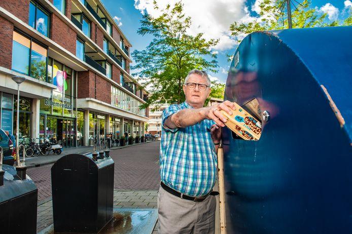 Piet Meijer ergert zich groen en geel aan de bergen afval die zich dagelijks ophopen naast de papiercontainers.