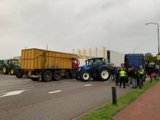 Boeren voeren op meerdere plekken in het land actie, grote groep trekkers rijdt door Amsterdam