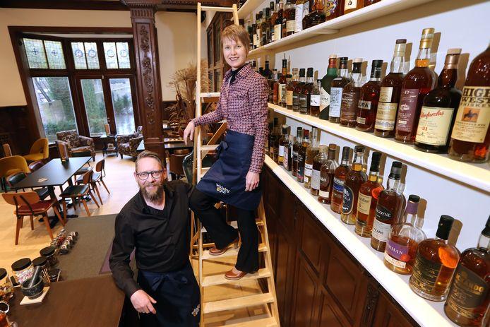 """In de Nieuwe Ginnekenstraat is sinds kort """"Whisky & Gin"""" geopend, een bar/lounge waar 350 verschillende soorten sterke drank te krijgen zijn. Eigenaren zijn Mark van Kollenburg (L) en Pauline Mol (R)."""