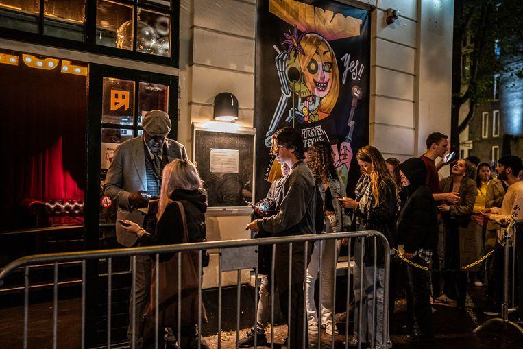 Nachtclub Bitterzoet in Amsterdam opent eind juni na ongeveer 1,5 jaar sluiting zijn deuren, bij de toegang wordt gecontroleerd op testbewijzen.  Beeld Joris van Gennip