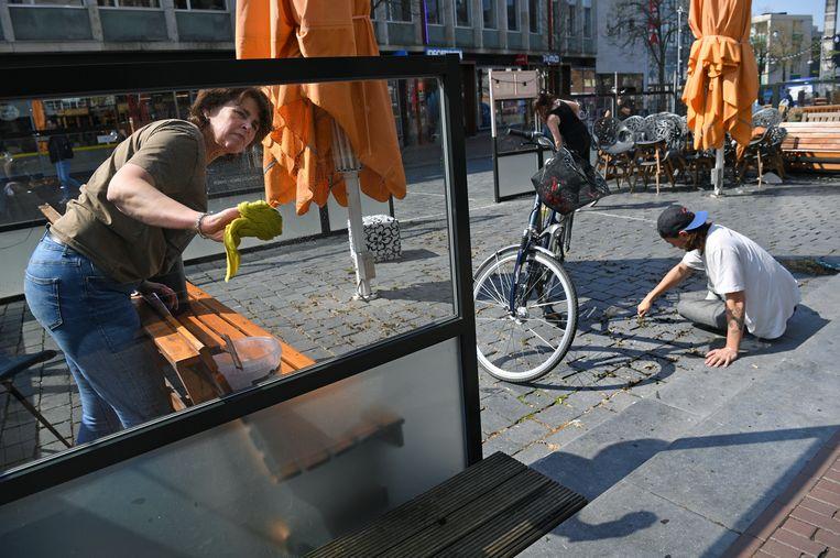 Vanwege de coronamaatregelen zijn horeca en terrassen gesloten. Nijmegense horecaondernemers zijn druk in de weer met het prepareren van hun terrassen. Beeld Marcel van den Bergh