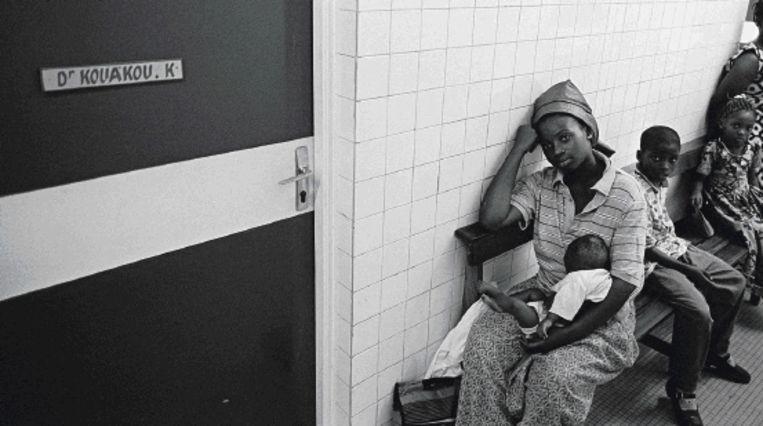 'De heelmeesters' speelt zich af onder artsen. Hierboven een wachtkamer in Abidjan, Ivoorkust. (Trouw) Beeld AFP