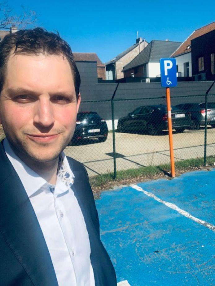 Maurits Vande Reyde roept burgers op om niet zonder geldige kaart op de voorbehouden plaatsen te gaan staan.