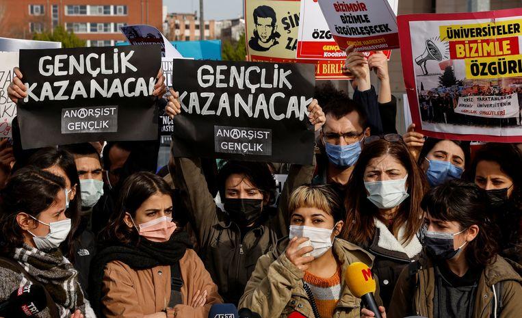 Protest bij een rechtbank in Istanbul, waar studenten terecht staan voor het demonstreren tegen de aanstelling van de rector van de Bosporus Universiteit. Beeld REUTERS