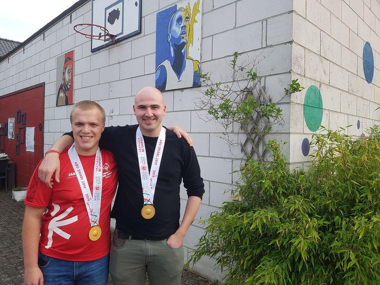 Liam De Ceuster en Robbin Belmans pronken met hun gouden medaille van de Special Olympics.