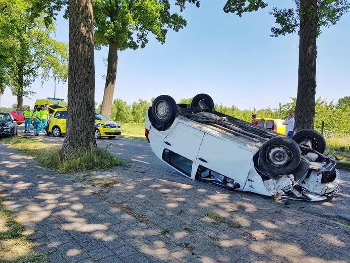De auto botste tegen een boom en vloog over de kop.