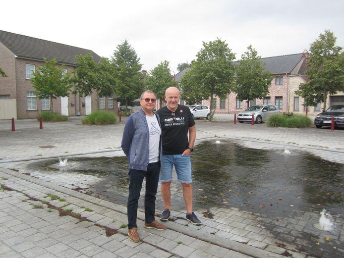 Johan Van Cauwenberghe en Geert De Clercq aan de fontein van Poeke.