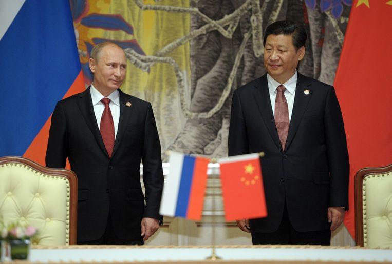 De Russische president Poetin en zijn Chinese collega Xi Jinping na de onderhandelingen over een nieuwe gasdeal tussen de twee landen. Beeld ap