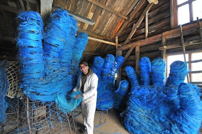 Kianoosh Gerami legt in de werkplaats de laatste hand aan zijn kunstwerk 'Pluis'.