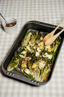 Gebakken asperges en babyromainesla met linzen en gekookte eieren.