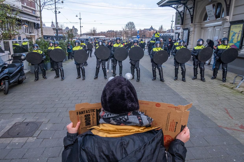 Betoging tegen de coronaregels in een zijstraat bij het Museumplein in Amsterdam. Beeld Joris van Gennip