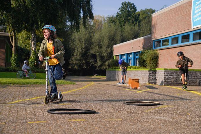 De kinderen van De Schans wagen zich aan het verkeersparcours op de speelplaats.
