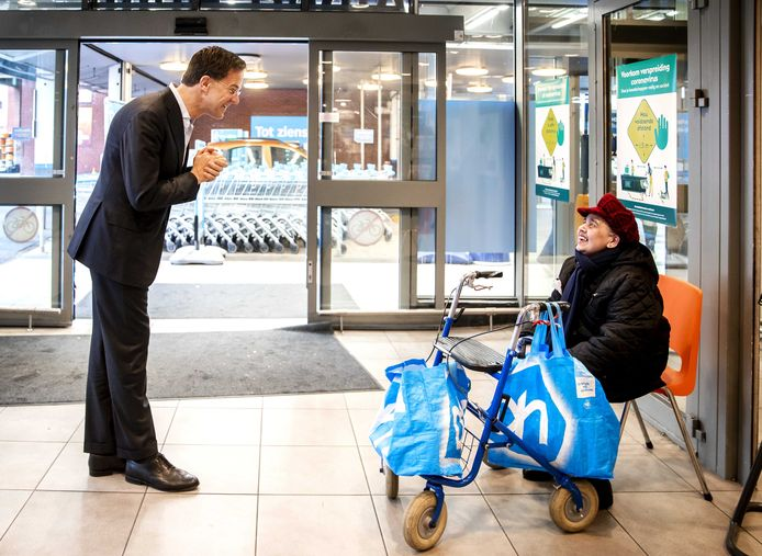 Premier Mark Rutte sprak, eerder dit jaar, met een klant van de Albert Heijn naar aanleiding van het coronavirus. Veel ouderen mijden momenteel winkels, omdat ze het vanwege de drukte niet aandurven. Mensen houden volgens hen onvoldoende de anderhalve meter in acht.