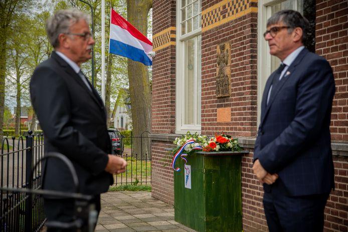 Sjaak Arntz (l) van de Bergharense 4 meiherdenking en wethouder Paul Loermans van de gemeente Wijchen. Met in de muur het Luskemonument.