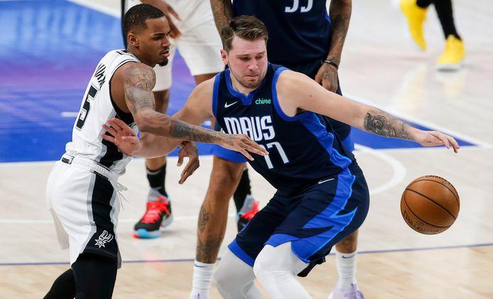 Luka Doncic (rechts) in duel met Dejounte Murray (San Antonio Spurs).