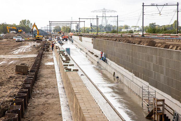 Werkzaamheden voor de treintunnel bij Herfte, waar een zogeheten 'dive under' komt: daar gaat het ene spoor onder het andere door, zodat treinen elkaar vrij kunnen kruisen.