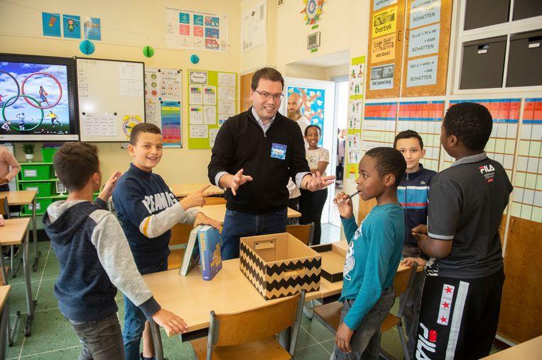 Enkele medewerkers van bol.com laten de kinderen kennismaken met de wereld van boeken.