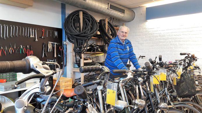 Coördinator Leo Rutjens tussen de voorraad opgeknapte rijwielen van de sociale Fietsenbank.