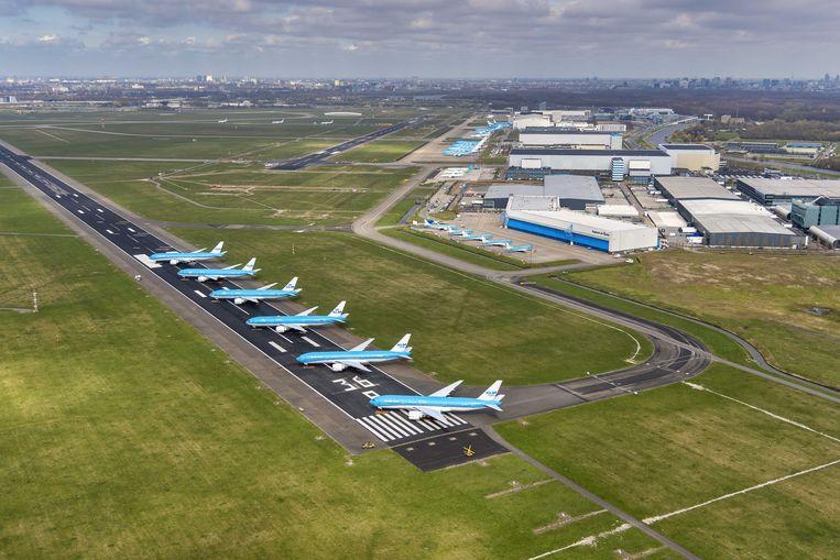 Vliegtuigen van KLM geparkeerd op de Aalsmeerbaan op Schiphol. Te lang stilstaan brengt risico's met zich mee. Beeld ANP