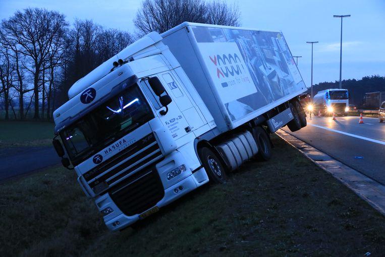 Bij het eerste ongeval werd een vrachtwagenchauffeur onwel achter het stuur en belandde deze in de berm.