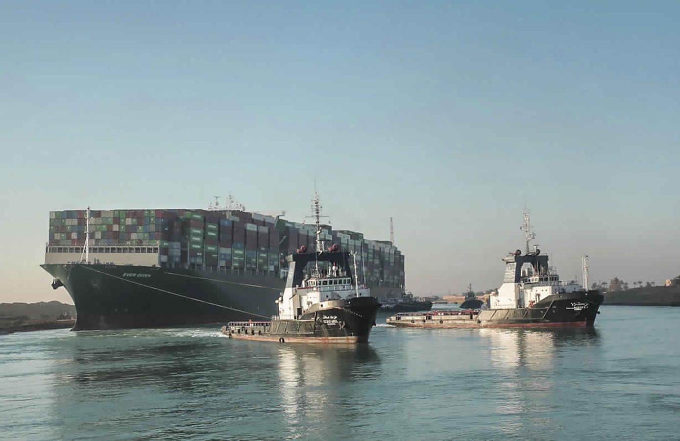 De vastgelopen Ever Given is los en dus kunnen de honderden vrachtschepen aan weerskanten van het Suezkanaal zich opmaken voor een vrije doortocht, al zal het nog wel even duren eer de 'files' zijn opgelost.