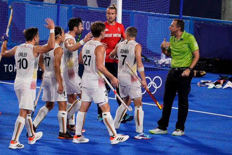 De Belgen discussiëren even met de referee. Beeld AP