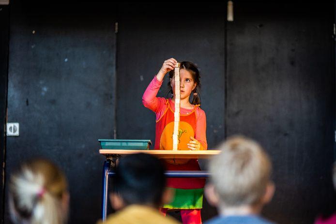 Mila verbreekt het blokjes stapelen op de basisschool De Okkernoot in Zetten.