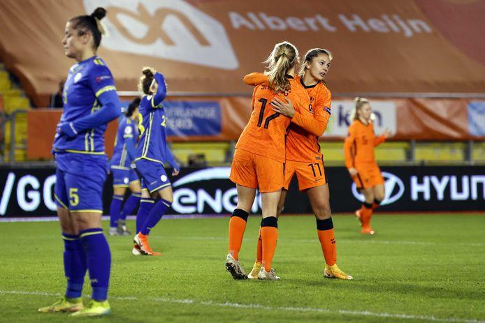 Katja Snoeijs en Lieke Martens omhelzen elkaar.
