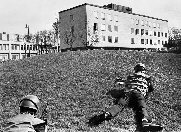 Politie bij de Westduitse ambassade in Stockholm, na een aanslag van de Baader-Meinhof-groep in april 1975. Beeld AFP