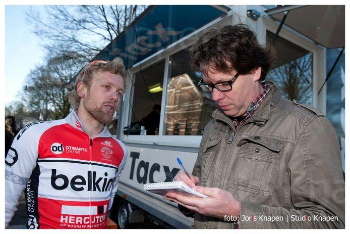 Een paar jaar geleden (in 2014): Jan Martens in gesprek met wielrenner Roy Eefting na zijn overwinning in de Omloop van de Houtse Linies.