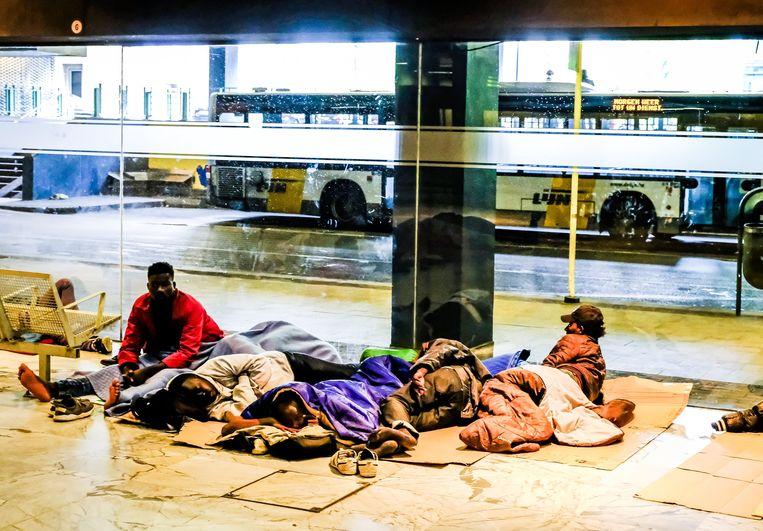 Vluchtelingen in het Noordstation van Brussel. Beeld Photo News