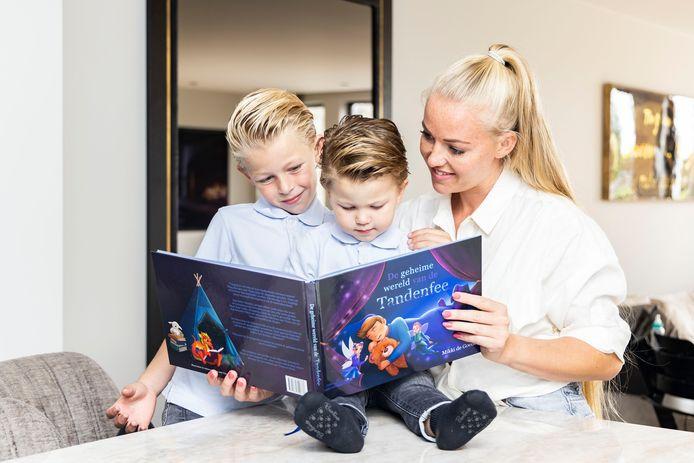 Mikki de Goede leest haar twee zoontjes elke dag minimaal 15 minuten voor.