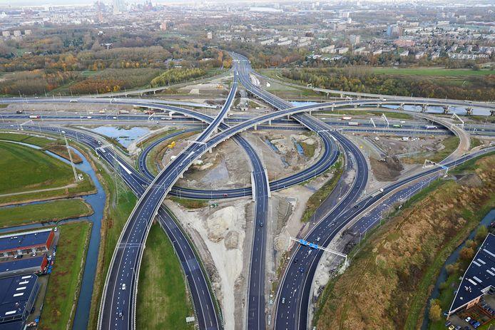 Op de grens van Rotterdam en Barendrecht, aan de noordkant van de A15, moeten windturbines komen, maar de plannen lijken fikse vertraging op te lopen.