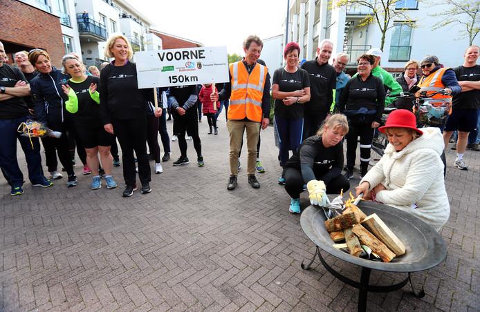 Wethouder De Jongh ontvangt de lopers en fietsers en steekt het bevrijdingsvuur aan.