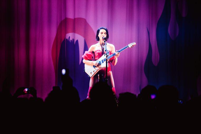 St. Vincent hield het in de Ancienne Belgique op een gestileerde karaoke-set met gitaar. Beeld Francis Vanhee