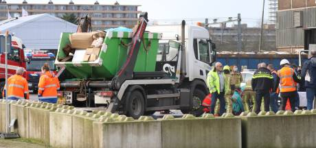 Bedrijfsongeval in Delft: persoon onder vrachtwagen aan de Schieweg