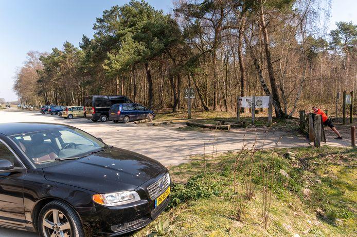 Voor een zonnige zaterdagochtend is het rustig op de perkeerplaats bij Hoessenbosch. Rond de tien auto's staan er.