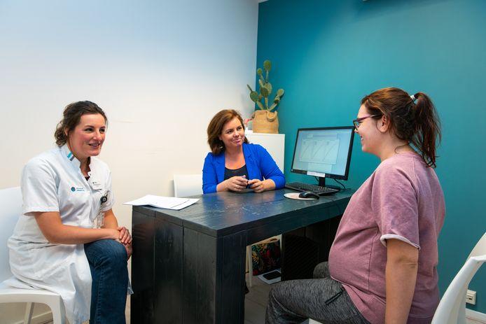 Gynaecoloog Michelle Westerhuis van het Catharina Ziekenhuis (links) en Anne-Marie Verhoeven van 040verloskunde houden een spreekuur met een zwangere vrouw.