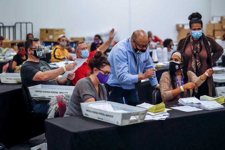 Stembiljetten worden verwerkt en geverifieerd in Atlanta, Georgia. Beeld EPA