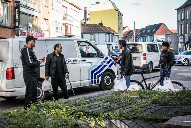 Auto's naar de stadsrand duwen, zoals in Gent gebeurde, volstaat niet, waarschuwen experts. 'Kijk maar naar de vechtpartijen en het drugsprobleem in de Brugse Poort', zegt professor Pieter Ballon.  Beeld Bas Bogaerts
