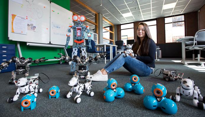 Merel van der Zalm tussen de robots in het bieblab. Foto: Jacques Zorgman