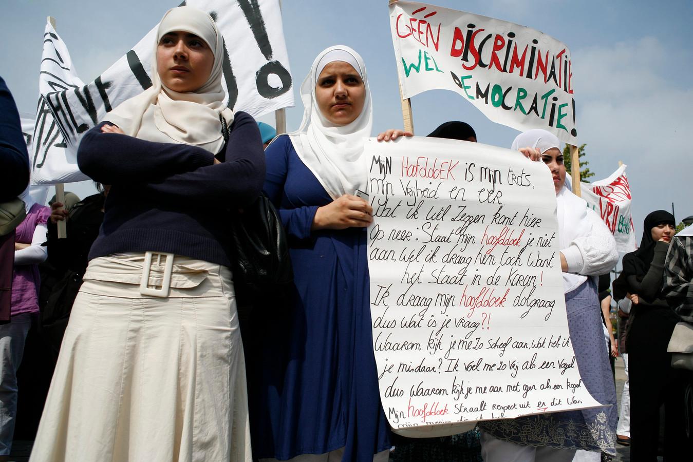 Protest tegen het hoofddoekenverbod op de athenea van Hoboken en Antwerpen, archieffoto uit juni 2009.